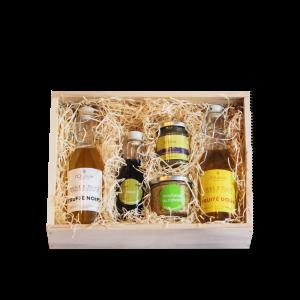 Le coffret saveur est composé de produits du Domaine L'Oulivie : huiles d'olive fruitée, vinaigre, purée d'olive, et moutarde.
